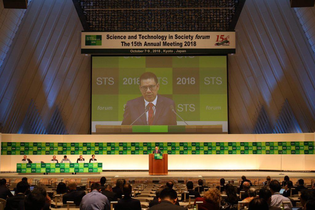 คุณรุ่งโรจน์ รังสิโยภาส กรรมการผู้จัดการใหญ่ เอสซีจี ร่วมปาฐกถาในงาน STS forum 2018