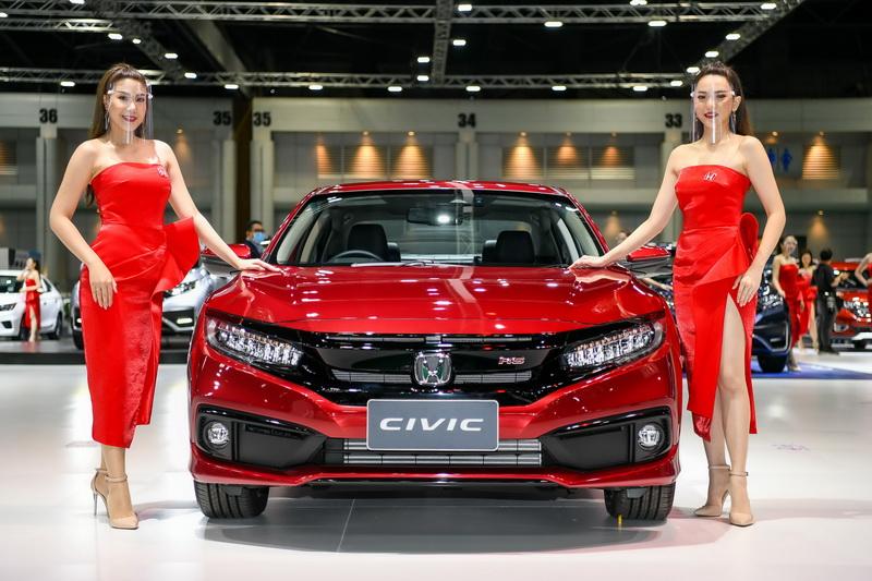 """บริษัท ฮอนด้า ออโตโมบิล (ประเทศไทย) จำกัด ร่วมจัดแสดงรถยนต์ในงานบางกอก อินเตอร์เนชั่นแนล มอเตอร์โชว์ ครั้งที่ 41 นำโดยรุ่นไฮไลต์ ฮอนด้า ซีอาร์-วี ใหม่ ฮอนด้า ซิตี้ เทอร์โบ ใหม่ และ ฮอนด้า ซีวิค สีใหม่ สีแดงอิกไนต์ และรถยนต์ฮอนด้ารุ่นอื่นๆ รวม 8 รุ่น อีกทั้งปรับบูทรูปแบบใหม่ ตอบรับกระแส New Normal ผ่านแนวคิด 'Modern Minimal' ด้วยการปรับลดโครงสร้างให้น้อยลง จัดสรรพื้นที่ ให้เปิดกว้างขึ้น โดยการกำหนดระยะห่างอย่างเหมาะสม เพื่อให้ลูกค้าเยี่ยมชมรถได้อย่างสะดวกสบายและมั่นใจ ครั้งแรกกับการเปิดช่องทางเยี่ยมชมบูทแบบ 360 องศา เพื่อให้ลูกค้าสามารถเยี่ยมชมบูทจากที่ใดก็ได้ อีกทั้งสามารถพูดคุยกับที่ปรึกษาการขายผ่านออนไลน์ โดยมาพร้อมข้อเสนอพิเศษในแคมเปญ """"Honda Easy Deal Easy Life"""" ให้ลูกค้าเป็นเจ้าของรถยนต์ฮอนด้าได้ง่ายขึ้น ด้วยดอกเบี้ยพิเศษเริ่มต้น 0% หรือฮอนด้า ช่วยผ่อน พบกับยนตรกรรมฮอนด้าได้ที่บูทฮอนด้า (A9) อาคารชาเลนเจอร์ฮอลล์ 2 อิมแพ็ค เมืองทองธานี ระหว่างวันที่ 15-26 กรกฎาคม 2563 (รอบบุคคลทั่วไป) และรับข้อเสนอเดียวกันนี้ได้ที่โชว์รูมฮอนด้าทั่วประเทศ"""