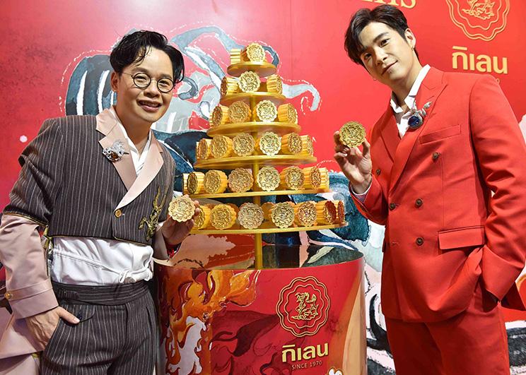 สุริยน ศรีอรทัยกุล ถ่ายภาพคู่กับธีรเดช เมธาวรายุทธในงาน The Grand Opening of Kirin's Golden Mooncake_Memag Online